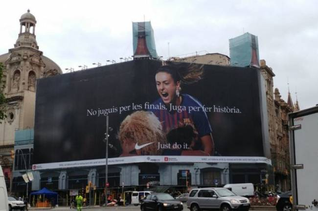 Nike empapela Barcelona en apoyo al equipo femenino