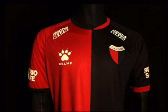 Kelme presentó la nueva camiseta titular de Colón