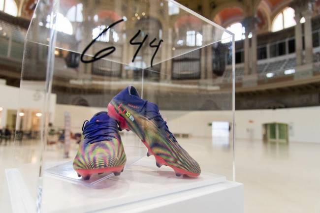 Messi donó los botines con los que superó el récord de Pelé