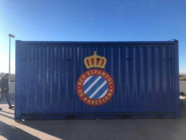 Espanyol convierte un conteiner en una tienda móvil