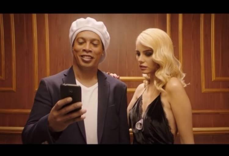 Ronaldinho protagoniza un nuevo comercial de una casa de apuestas