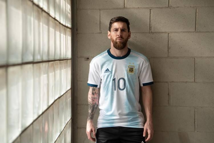 Adidas presenta la nueva camiseta titular de la Selección Argentina
