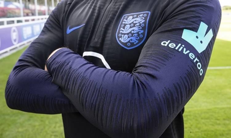 Deliveroo estampa su logo en la indumentaria de entrenamiento de Inglaterra