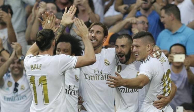 Para pemain Real Madrid merayakan gol