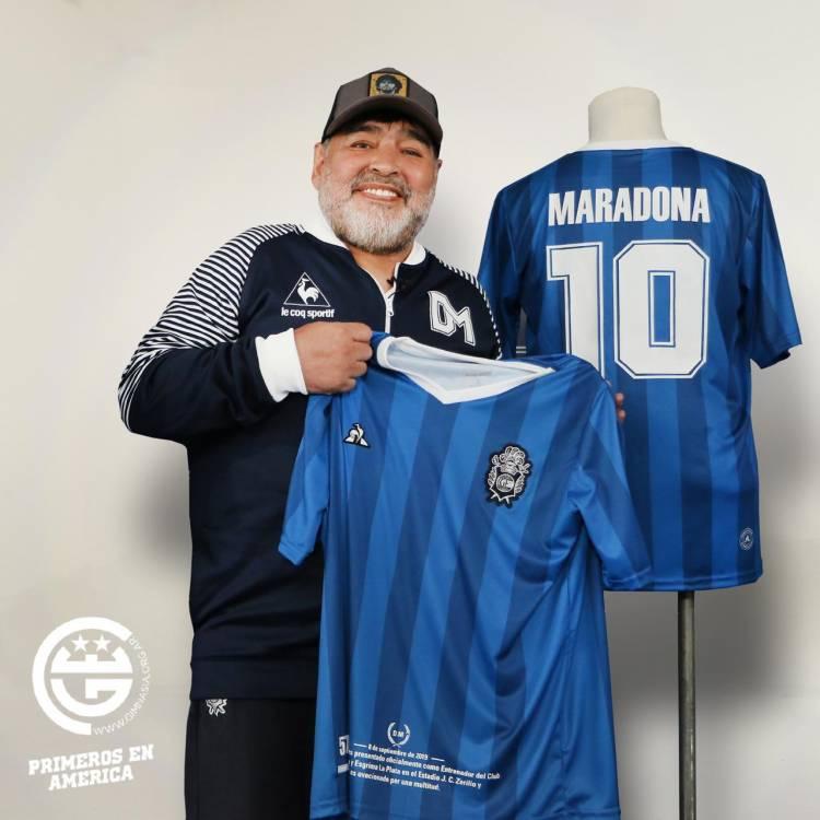 Le Coq Sportif y Gimnasia homenajean a Diego Maradona en su cumpleaños 59