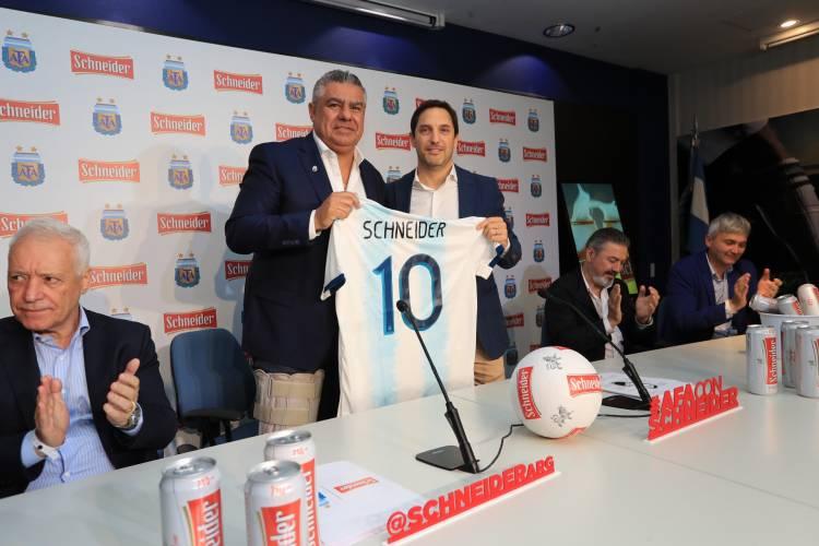 Schneider oficializó la firma del contrato de patrocinio con AFA