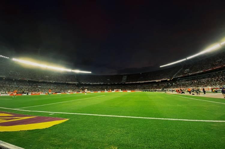 River Plate presentó la nueva luminaria del Monumental